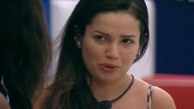 Na área externa, Juliette chora ao falar com Camilla de Lucas