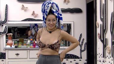 Juliette está em pé com toalha na cabeça no quarto cordel do BBB21