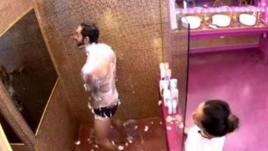 Rodolffo está dentro do box tomando banho e Juliette observa