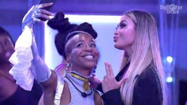 Karol Conká e Sarah Andrade fazem selfie em festa
