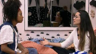 Lumena conversa com Juliette no quarto colorido do BBB21