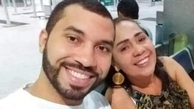 Gilberto está sorrindo ao lado da sua mãe, Jacira Santana