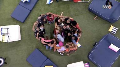 Participantes do BBB21 dando abraço coletivo