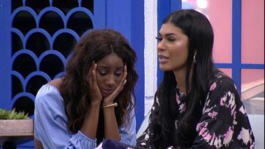 Camilla está cabisbaixa com as duas mãos no rosto enquanto Pocah está ao seu lado chorando