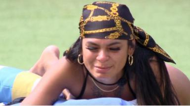 Pocah chora à beira da piscina no BBB21