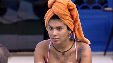 Pocah está na área externa com uma toalha na cabeça