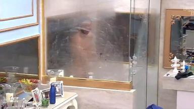 Rodolffo tomando banho no quarto do BBB21