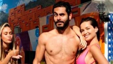 Rodolffo e Juliette posando para foto com roupas de banho na área externa do BBB21