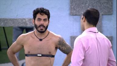 Gilberto e Rodolffo conversando na área externa do BBB21