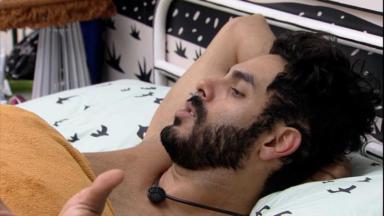 Rodolffo deitado no quarto cordel