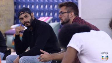 Rodolffo observa João Luiz chorar durante jogo da discórdia do BBB21