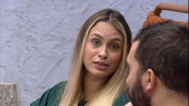Na área externa, Sarah conversa com Gilberto