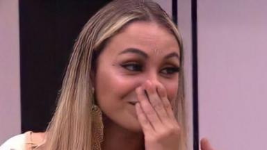 Sarah Andrade coloca a mão na boca no BBB21
