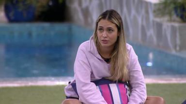 Sarah Andrade conversando na área externa do BBB21