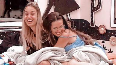 Sarah e Juliette se abraçam no quarto cordel no BBB21