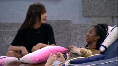 Na área externa, Thaís conversa com Camilla de Lucas