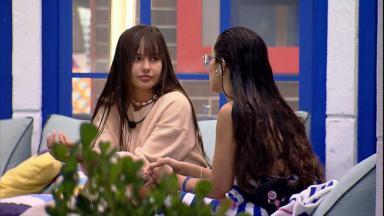 Na área externa, Juliette conversa com Thaís