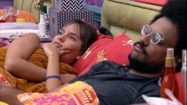 Thaís e João Luiz deitados conversando no quarto cordel