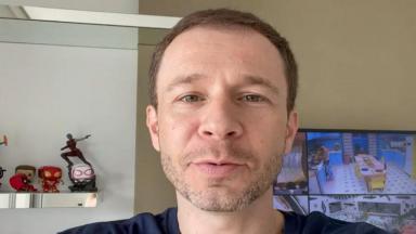 Tiago Leifert se gravando em vídeo