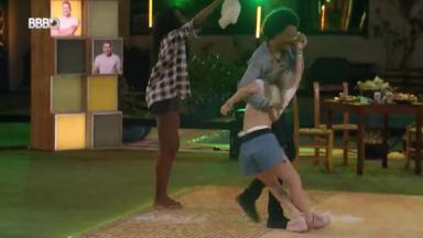Viih Tube caindo na pista de dança d BBB21 enquanto João Luiz tenta segurar a sister