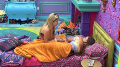 Viih Tube e Thaís estão no quarto colorido