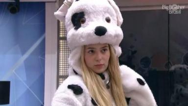 Viih Tube está na sala com fantasia de cachorro