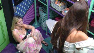 Viih Tube sentada na despensa e Thaís em pé