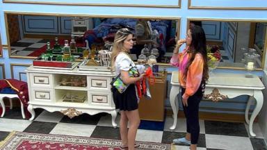 Viih Tube e Juliette conversando no quarto do líder