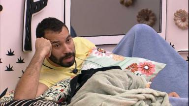 Gilberto está na cama do quarto cordel do BBB21