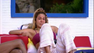Na área externa, Kerline chorar ao conversar com brothers do BBB21