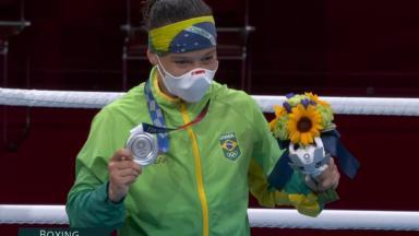 Beatriz Ferreira mostra medalha de prata nas Olimpíadas de Tóquio