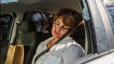 Beatriz no carro, desacordada e com sangue no rosto