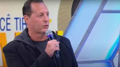 Benjamin Back com microfone na mão no Raul Gil