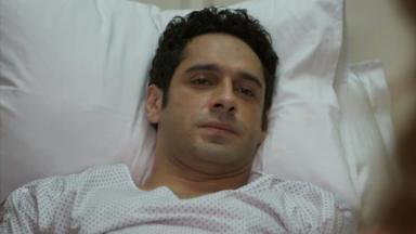 Beto na cama de hospital com cara de triste