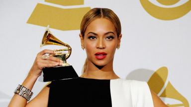 Beyoncé com o prêmio do Grammy