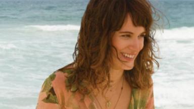 Bianca Bin na praia sorrindo