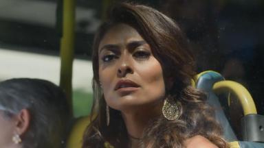 Bibi olha fixamente para a frente, desolada, dentro do ônibus na novela A Força do Querer