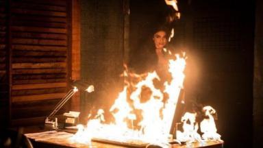 Bibi observa escritório de restaurante pegando fogo antes de fugir