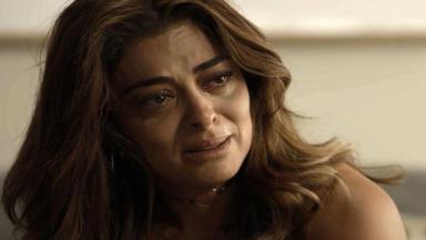 Bibi sentada, chorando