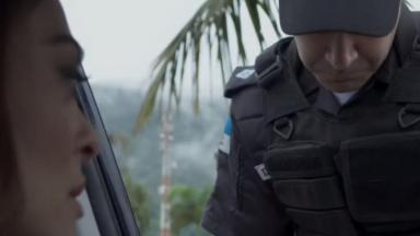 Policial confere documentos de Bibi