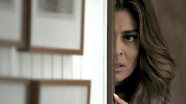 Bibi escutando atrás da porta
