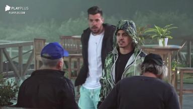Biel de capuz verde, Lipe Ribeiro ao fundo de óculos e Cartolouco e Lucas Maciel de costas de bonés