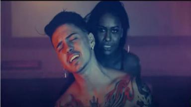 Na imagem, Biel aparece com modelo em cena do videoclipe. Cantor está confinado em A Fazenda 2020