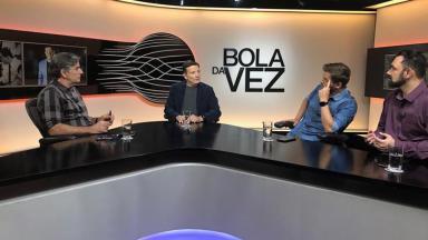 Roberto Cabrini sentado com os integrantes do Bola da Vez
