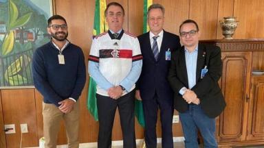 Bolsonaro posa para foto com presidente do Flamengo