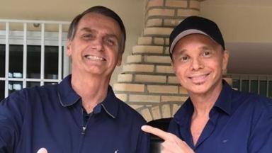 Jair Bolsonaro posa para foto ao lado do cantor baiano Netinho