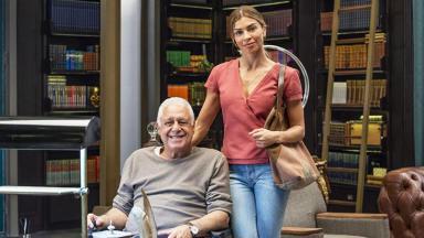 Antônio Fagundes e Grazi Massafera posam para foto abraçados e sorrindo