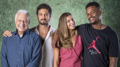 Antônio Fagundes, Rômulo Estrela, Grazi Massafera e David Júnior posam para foto