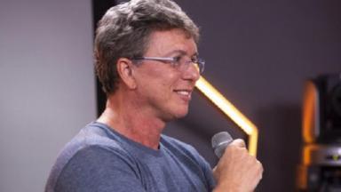 Boninho fala ao microfone durante entrevista