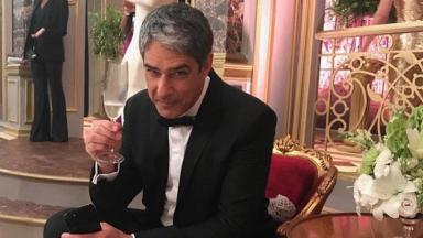 William Bonner tomando champagne